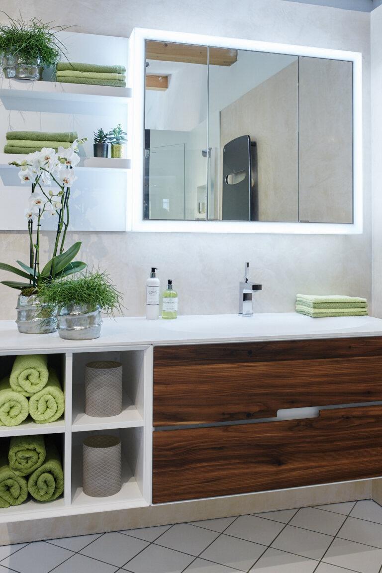 Badkomination, Waschtisch mit Holzfronten und beleuchtetem Spiegel